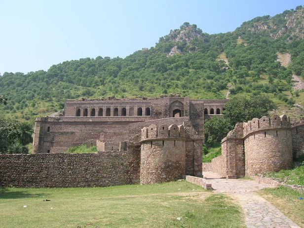 800px-Bhangarh_Fort_Entrance.JPG